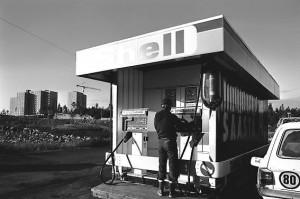 Kuva 4: Hervannan Shell 1970-luvulla. Kuvassa näkyy se, kuinka kerrostalot rakentuvat pellolle. (Lähde: Muistatko vanhan Hervannan – ota nyt osaa sen historian rakentamiseen. Tamperelainen, 23.10.2012. http://www.tamperelainen.fi/artikkeli/166960-muistatko-vanhan-hervannan-ota-nyt-osaa-sen-historian-rakentamiseen)